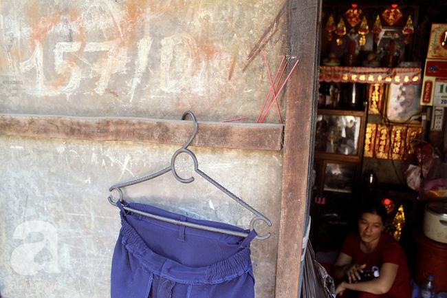 Chùng ảnh: Bên trong ngôi nhà 15m2 rách nát chứa đến 23 nhân khẩu ở Sài Gòn - Ảnh 1.