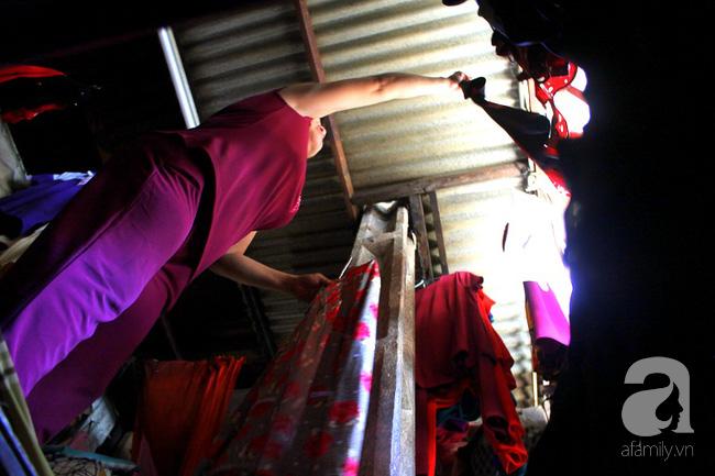 Chùng ảnh: Bên trong ngôi nhà 15m2 rách nát chứa đến 23 nhân khẩu ở Sài Gòn - Ảnh 8.