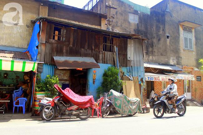 Chùng ảnh: Bên trong ngôi nhà 15m2 rách nát chứa đến 23 nhân khẩu ở Sài Gòn - Ảnh 7.