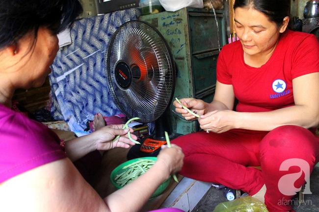 Chùng ảnh: Bên trong ngôi nhà 15m2 rách nát chứa đến 23 nhân khẩu ở Sài Gòn - Ảnh 5.