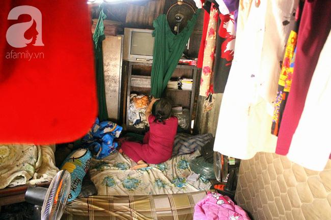 Chùng ảnh: Bên trong ngôi nhà 15m2 rách nát chứa đến 23 nhân khẩu ở Sài Gòn - Ảnh 13.