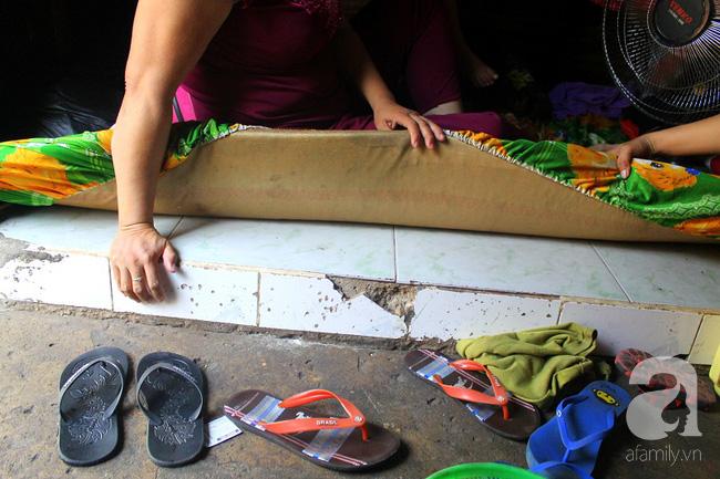 Chùng ảnh: Bên trong ngôi nhà 15m2 rách nát chứa đến 23 nhân khẩu ở Sài Gòn - Ảnh 12.