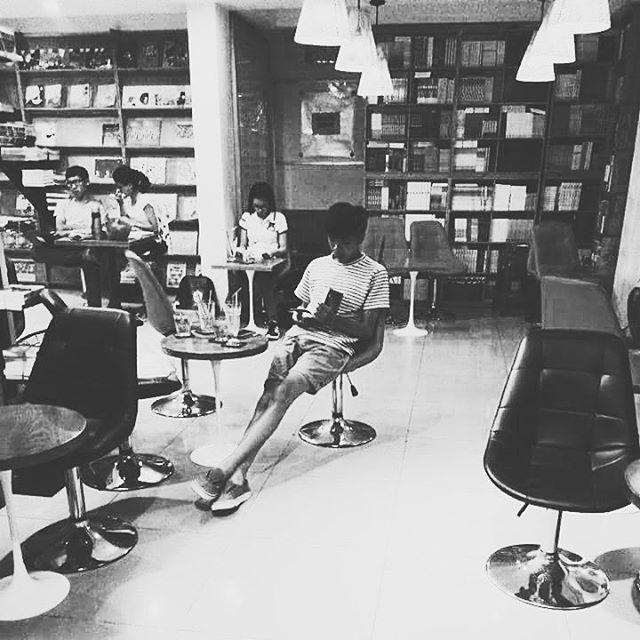4 nhà sách đẹp mê ly, ở lì cả ngày không biết chán ở Sài Gòn - Ảnh 16.