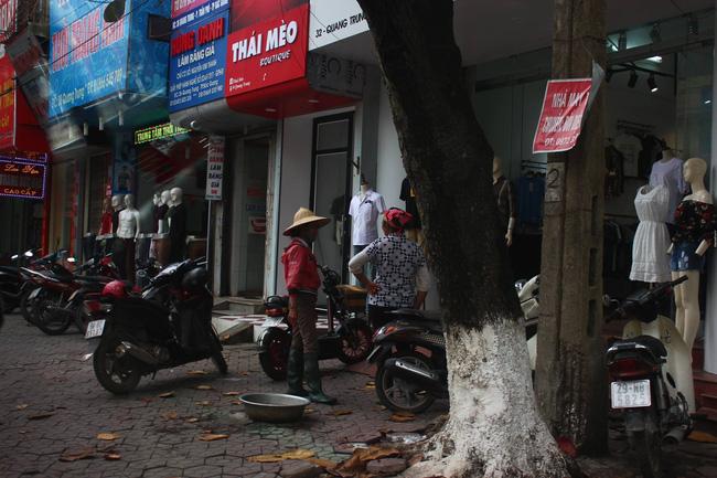 Hai người phụ nữ bán cá tôm dạo xách theo chiếc chậu thau, chỉ ngại ngần đứng ngoài cửa ngó nghiêng lựa đồ cho con khiến nhiều người xúc động. Ảnh: Beatvn