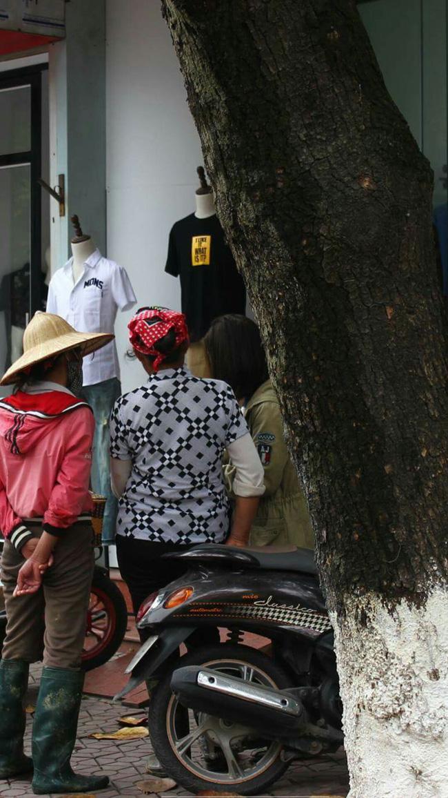 Hình ảnh hai người phụ nữ lam lũ đang được bạn nhân viên shop thời trang mang đồ ra cho lựa. Ảnh: Beatvn