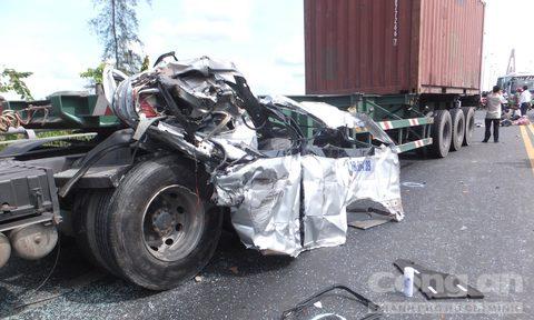 Xe chở nhà trai đi đám cưới gặp nạn, 7 người thương vong - Ảnh 2.