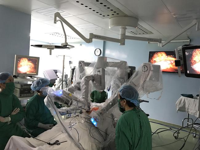 Lần đầu tiên tại Việt Nam, một bệnh nhân ung thư dạ dày được phẫu thuật bằng… robot - Ảnh 3.