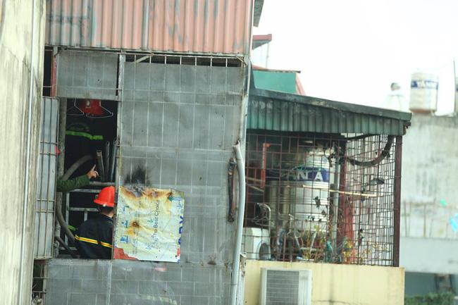 Hà Nội: Dùng hàng trăm mét vòi bơm hút nước ao đình Mai Động chữa cháy 3 căn nhà trong ngõ - Ảnh 1.