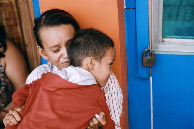 Ngày quốc tế hạnh phúc, nghe mẹ con cậu bé xếp dép kể về 15 ngày kì diệu mà họ vừa trải qua... - Ảnh 1.