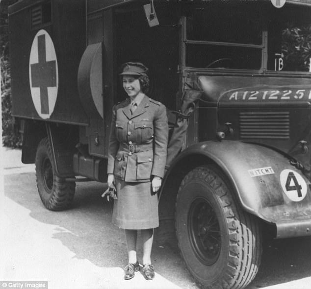 """Thanh xuân đã qua: Bắt gặp Nữ hoàng Anh đứng """"tần ngần"""" trước bộ đồ từng mặc hơn 60 năm về trước - Ảnh 2."""