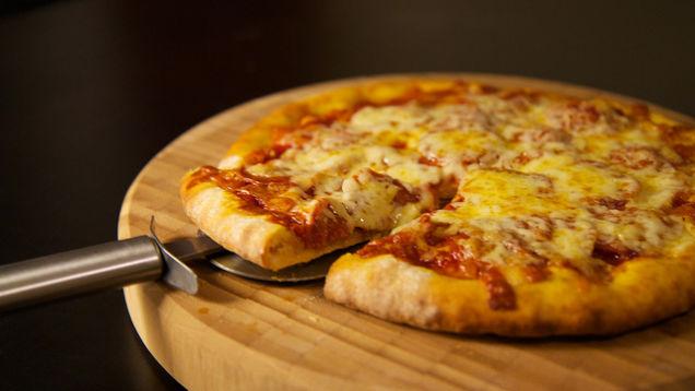 """Kinh nghiệm đơn giản để pizza mua về nhân và bánh không """"mỗi thứ một nơi"""" - Ảnh 1."""