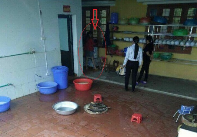 Vụ bé trai 4 tuổi bị dốc ngược vào máy vặt lông gà: Tạm đình chỉ công tác hiệu trưởng - Ảnh 2.