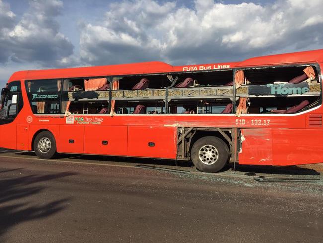 Xe khách Phương Trang hư hỏng nặng sau va chạm. Nguồn: Facebook.