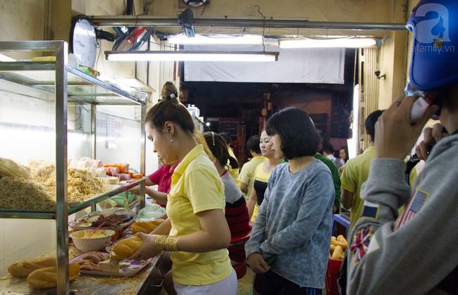 4 tiệm bánh mì hễ cứ mở bán là khách đứng vòng quanh đợi mua ở Sài Gòn - Ảnh 1.