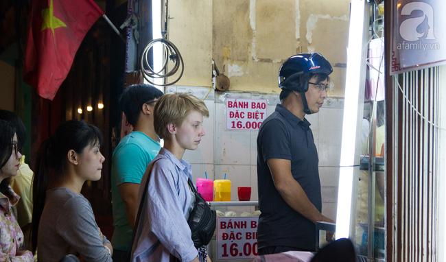 4 tiệm bánh mì hễ cứ mở bán là khách đứng vòng quanh đợi mua ở Sài Gòn - Ảnh 2.