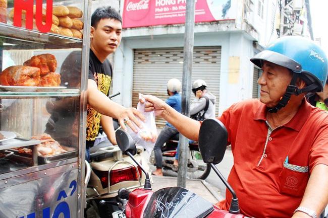 4 tiệm bánh mì hễ cứ mở bán là khách đứng vòng quanh đợi mua ở Sài Gòn - Ảnh 16.