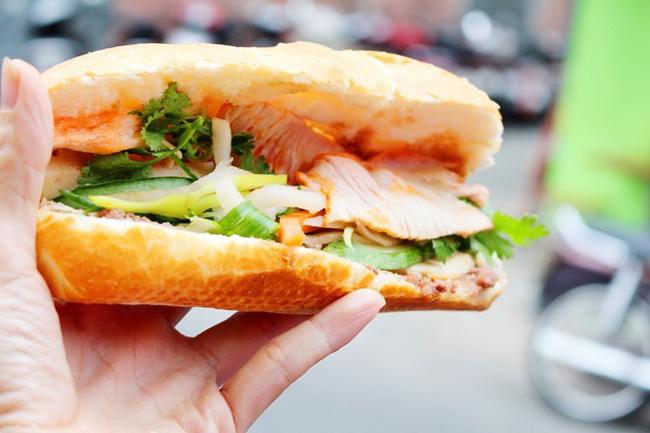 4 tiệm bánh mì hễ cứ mở bán là khách đứng vòng quanh đợi mua ở Sài Gòn - Ảnh 18.