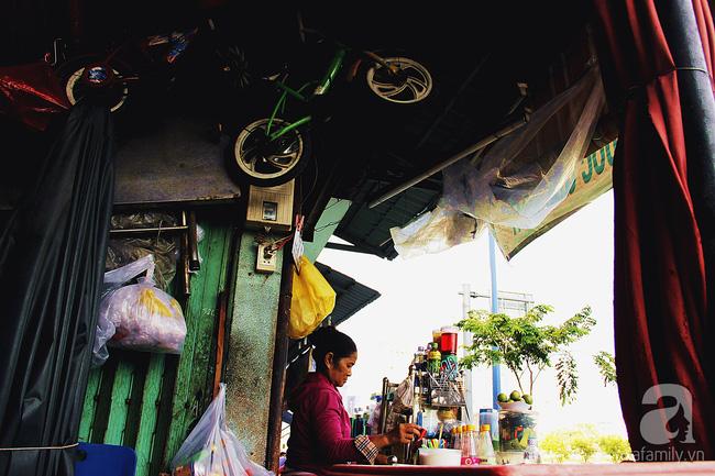 Cuộc sống trong ngôi nhà 1m2 giữa trung tâm Sài Gòn: sáng bám vỉa hè, đêm ngủ ngoài cửa - Ảnh 9.