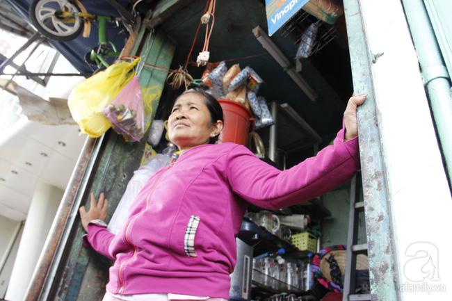 Cuộc sống trong ngôi nhà 1m2 giữa trung tâm Sài Gòn: sáng bám vỉa hè, đêm ngủ ngoài cửa - Ảnh 1.