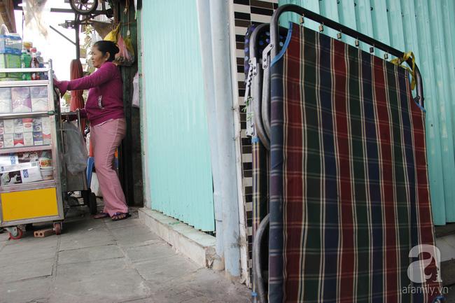 Cuộc sống trong ngôi nhà 1m2 giữa trung tâm Sài Gòn: sáng bám vỉa hè, đêm ngủ ngoài cửa - Ảnh 15.
