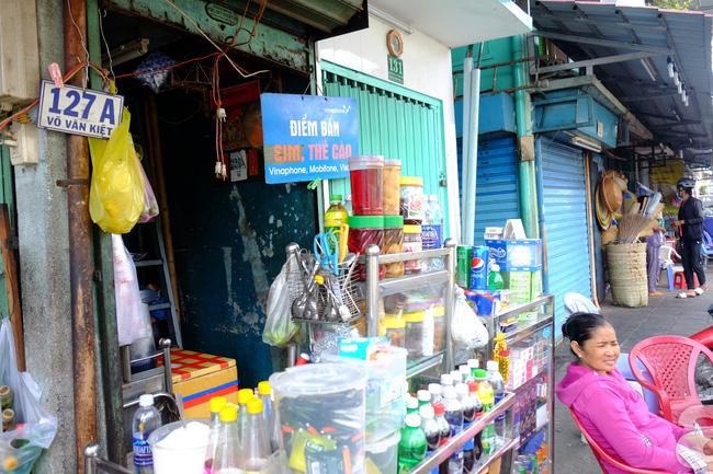 Cuộc sống trong ngôi nhà 1m2 giữa trung tâm Sài Gòn: sáng bám vỉa hè, đêm ngủ ngoài cửa - Ảnh 4.