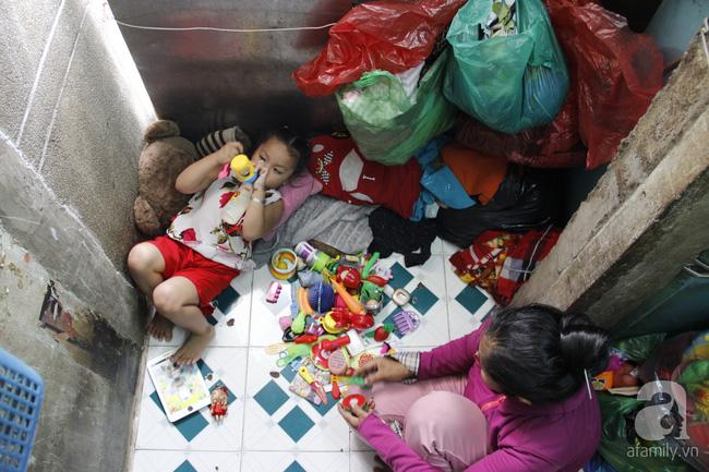 Cuộc sống trong ngôi nhà 1m2 giữa trung tâm Sài Gòn: sáng bám vỉa hè, đêm ngủ ngoài cửa - Ảnh 6.