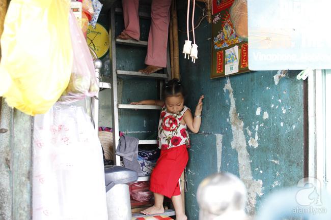 Cuộc sống trong ngôi nhà 1m2 giữa trung tâm Sài Gòn: sáng bám vỉa hè, đêm ngủ ngoài cửa - Ảnh 10.