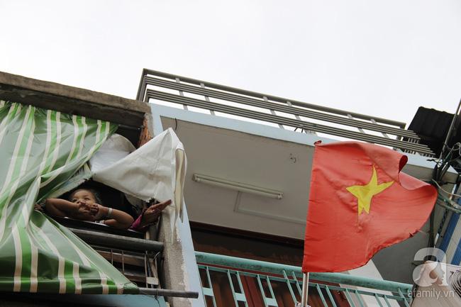 Cuộc sống trong ngôi nhà 1m2 giữa trung tâm Sài Gòn: sáng bám vỉa hè, đêm ngủ ngoài cửa - Ảnh 2.