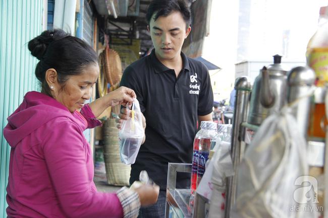 Cuộc sống trong ngôi nhà 1m2 giữa trung tâm Sài Gòn: sáng bám vỉa hè, đêm ngủ ngoài cửa - Ảnh 5.