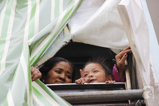 Cuộc sống trong ngôi nhà 1m2 giữa trung tâm Sài Gòn: sáng bám vỉa hè, đêm ngủ ngoài cửa - Ảnh 11.