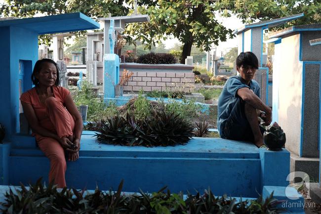 """Người đàn bà bất hạnh """"sinh bảy chết năm"""", sống ở nghĩa trang 21 năm trời ngay giữa Sài Gòn 6"""