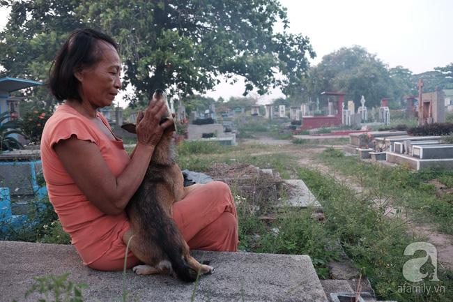 """Người đàn bà bất hạnh """"sinh bảy chết năm"""", sống ở nghĩa trang 21 năm trời ngay giữa Sài Gòn 12"""