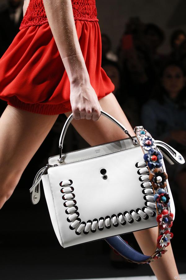 Túi xách: Đã không mua thì thôi, một khi đã mua là phải nắm hết những xu hướng này mới chuẩn - Ảnh 2.