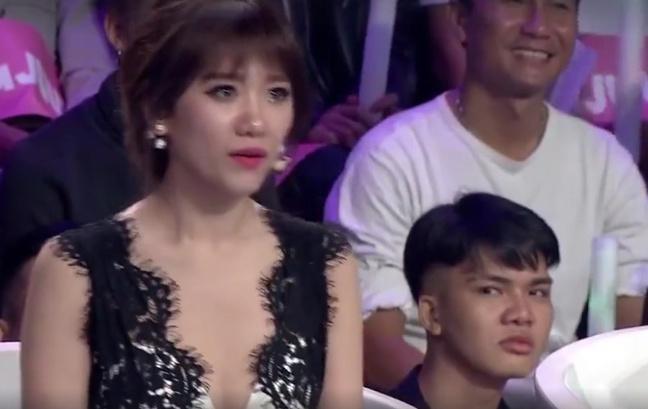 Chàng trai bất ngờ nổi tiếng sau 1 đêm với biểu cảm liếc xéo Hari Won trên sóng truyền hình - Ảnh 2.