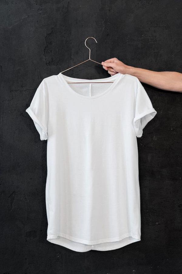 Chỉ là áo phông trắng thôi, nhưng nó diện với món đồ nào cũng đẹp - Ảnh 1.
