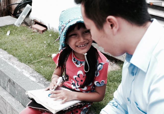 Anh nhân viên ngân hàng dành giờ nghỉ trưa mỗi ngày để dạy chữ cho cô bé vé số ngay trên vỉa hè Sài Gòn 2
