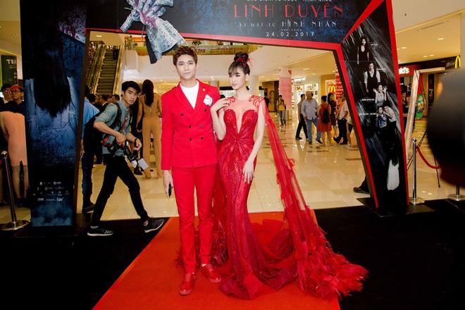 Không chỉ mặc ton-sur-ton, Tim và Trương Quỳnh Anh còn thích chăm chút quần áo trên thảm đỏ cho nhau - Ảnh 1.