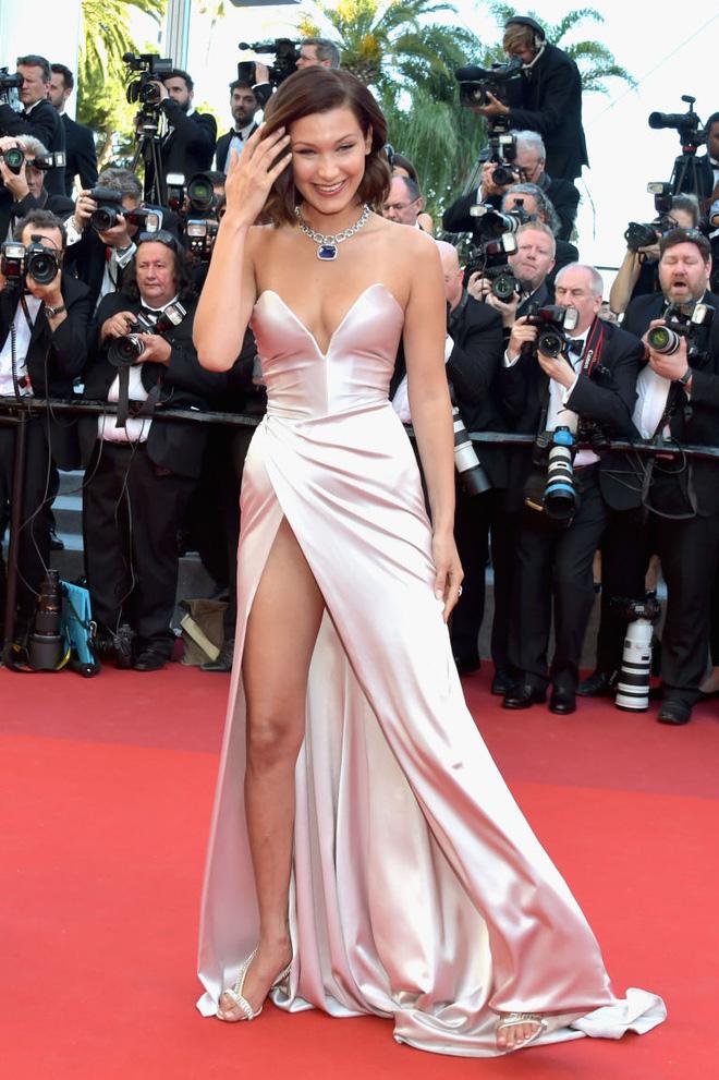 Lại diện váy xẻ ngút ngàn đến Cannes, và lần này Bella Hadid không tránh được tai nạn - Ảnh 1.