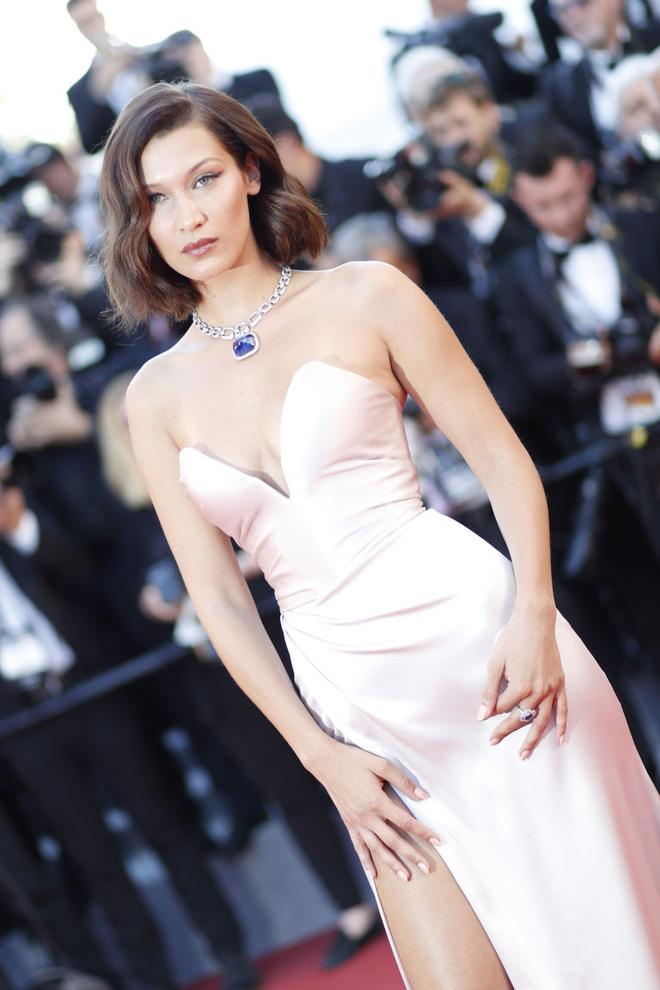 Lại diện váy xẻ ngút ngàn đến Cannes, và lần này Bella Hadid không tránh được tai nạn - Ảnh 2.