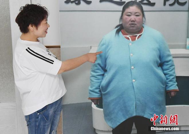 Bị chồng bỏ, bà mẹ đơn thân quyết tâm vứt bỏ 121kg mỡ thừa và cái kết không thể ngọt ngào hơn - Ảnh 1.