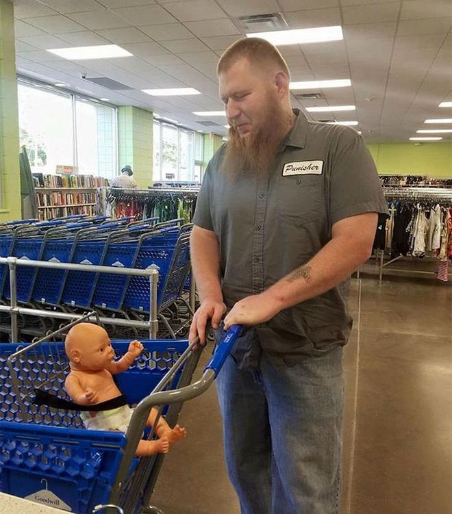 Người đàn ông xăm trổ bế búp bê đi mua sắm và câu chuyện cảm động đằng sau đó - Ảnh 2.