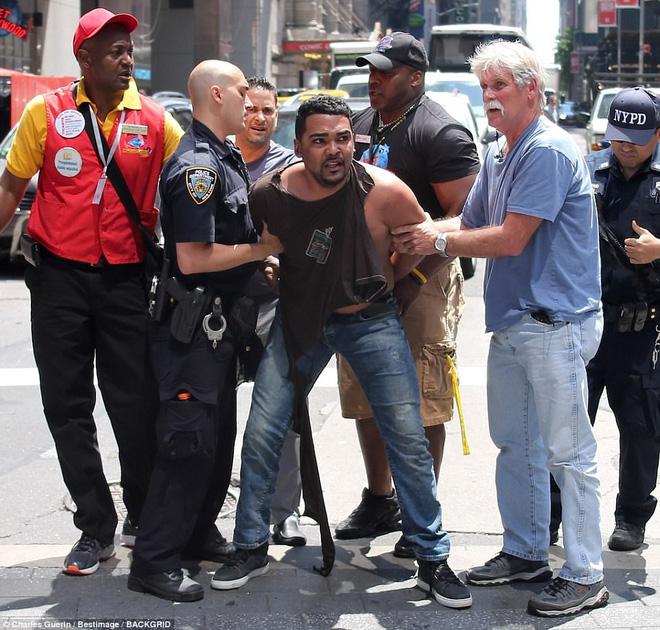 Nạn nhân nằm la liệt sau vụ xe điên lao vào đám đông ở Quảng trường Thời Đại - Ảnh 1.