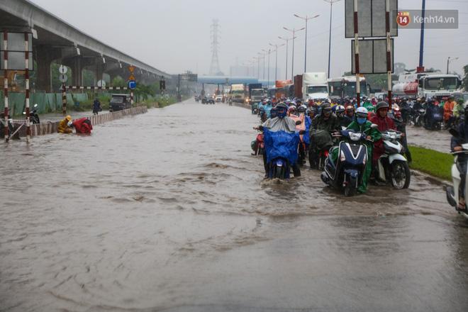 Mưa lớn gây ngập nặng trên Xa Lộ Hà Nội, giao thông ùn ứ nghiêm trọng - Ảnh 1.