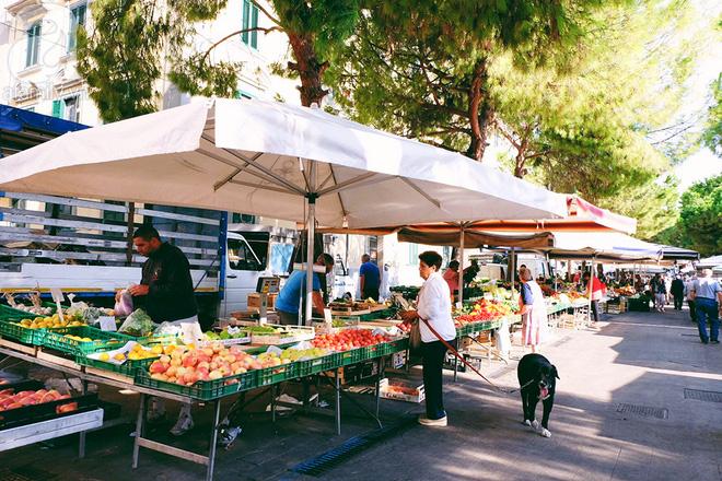 Trải nghiệm của cô gái Việt trên đất Ý: đi chợ nông dân mua rau quả, được khuyến mại niềm vui - Ảnh 1.