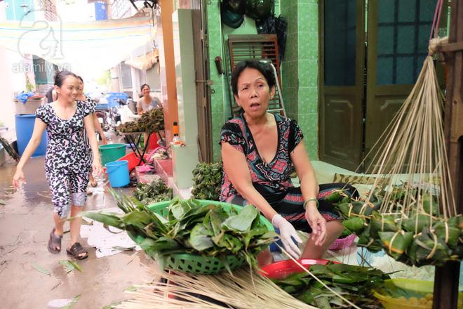 Xóm làm bánh ú tro nức tiếng Sài Gòn gói cả ngày, nấu cả đêm dịp Tết Đoan Ngọ - Ảnh 10.