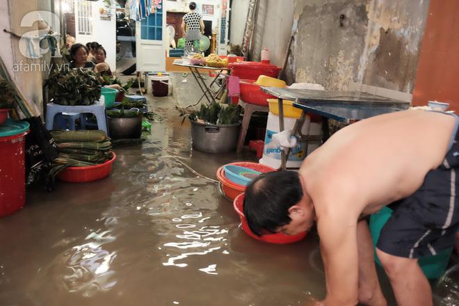 Xóm làm bánh ú tro nức tiếng Sài Gòn gói cả ngày, nấu cả đêm dịp Tết Đoan Ngọ - Ảnh 11.