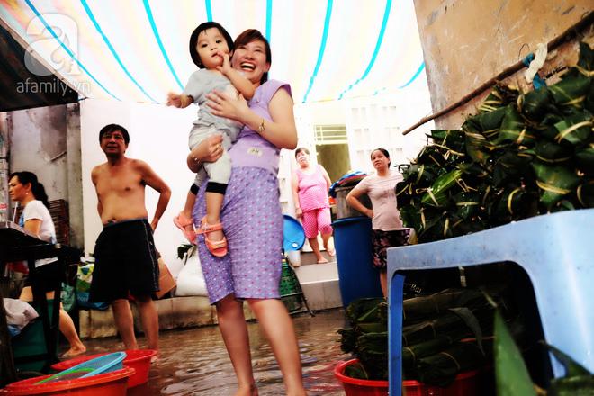 Xóm làm bánh ú tro nức tiếng Sài Gòn gói cả ngày, nấu cả đêm dịp Tết Đoan Ngọ - Ảnh 12.