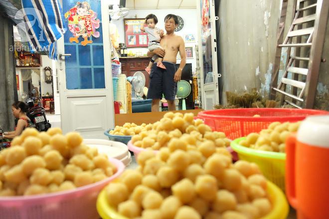 Xóm làm bánh ú tro nức tiếng Sài Gòn gói cả ngày, nấu cả đêm dịp Tết Đoan Ngọ - Ảnh 5.