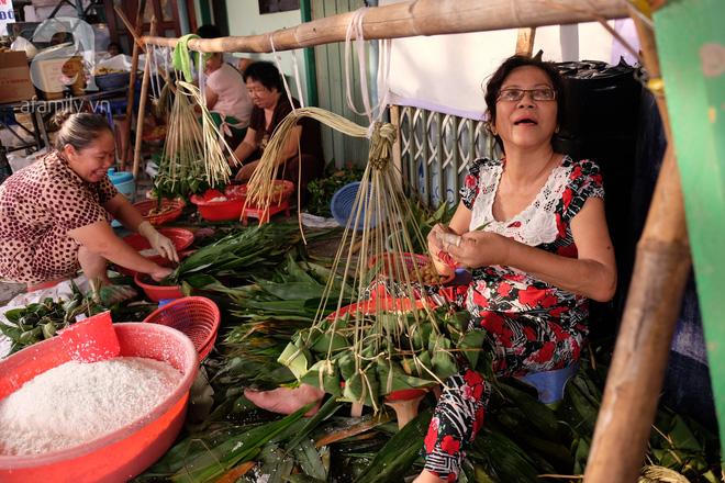 Xóm làm bánh ú tro nức tiếng Sài Gòn gói cả ngày, nấu cả đêm dịp Tết Đoan Ngọ - Ảnh 1.