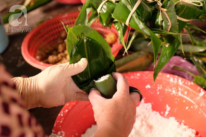 Xóm làm bánh ú tro nức tiếng Sài Gòn gói cả ngày, nấu cả đêm dịp Tết Đoan Ngọ - Ảnh 4.